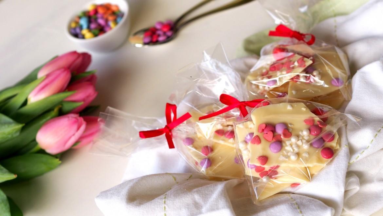 selbstgemachte Schokolade verziert mit Smarties, Herzchen, Perlen und M&M's