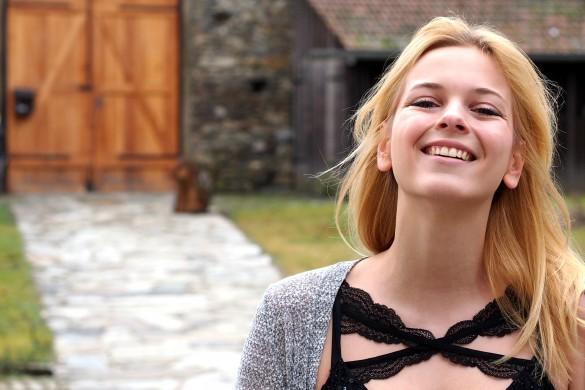 Mädchen blond Thema abnehmen in Zara Boyfriend Jeans, Hallhuber Shirt und Weste von Only