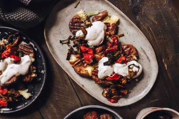 Stampfkartoffeln mit gebratenem Gemüse und Knoblauchsoße